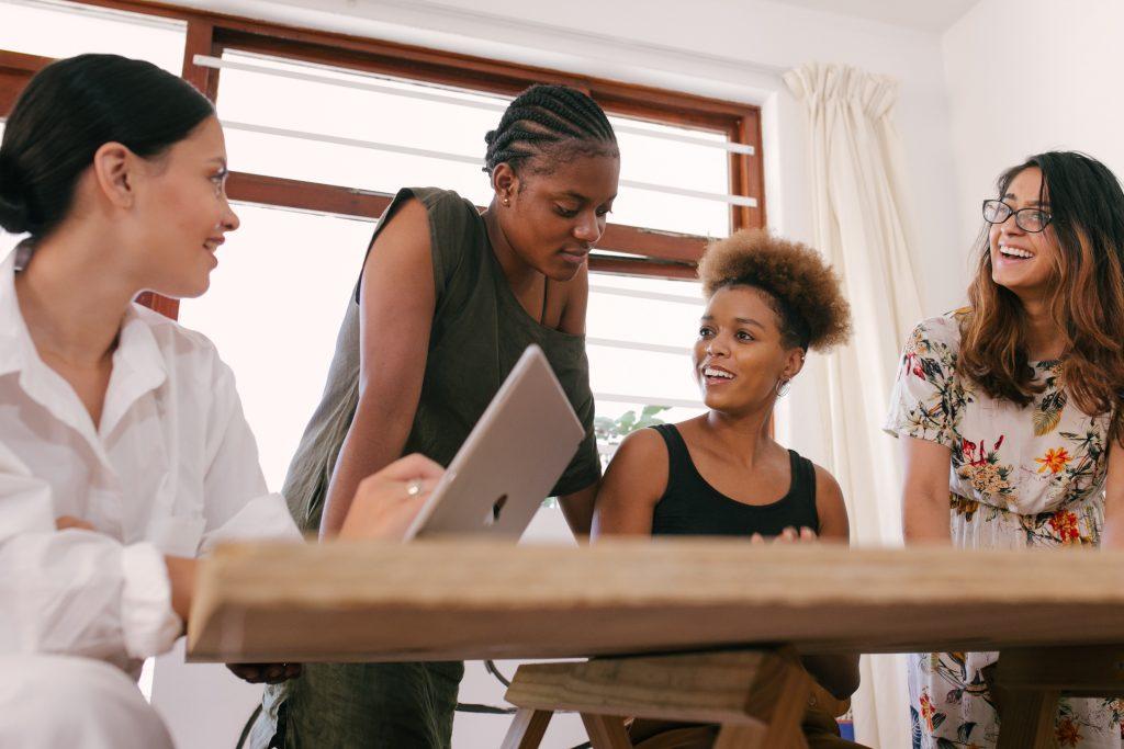 donne in riunione blogging